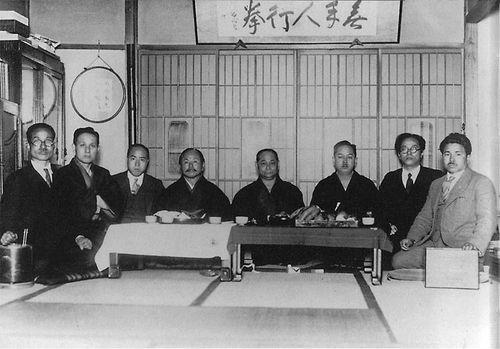 Les Maîtres du Karate: Toyama Kanken, Ohtsuka Hironori, Shimoda Takeshi, Funakoshi Gichin, Motobu Choki, Mabuni Kenwa, Nakasone Genwa et Taira Shinken.
